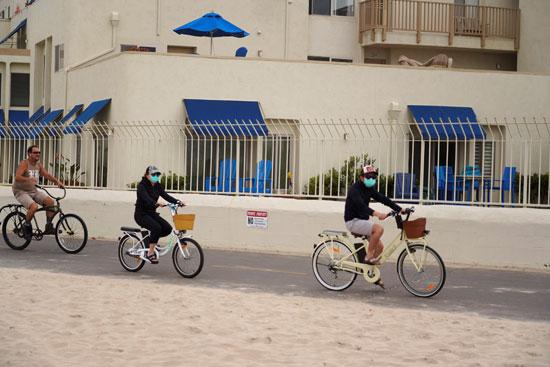 ركوب الدراجات على شاطىء فى كاليفورنيا الأمريكية
