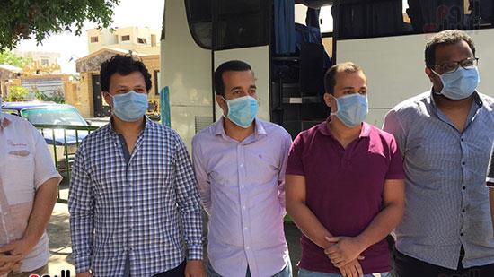 العائدين من مستشفى العزل بإسنا (12)