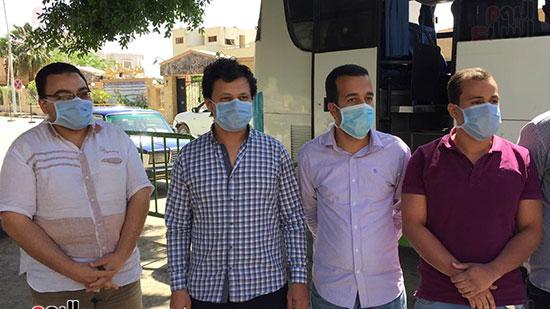 العائدين من مستشفى العزل بإسنا (14)