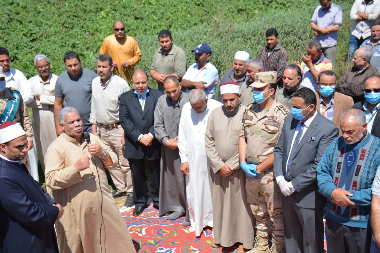 تشييع جثمان شهيد سيناء بالدقهلية والمحافظ يشارك ويقدم واجب العزاء  (2)