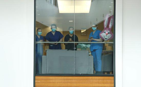 موظفون بمستشفى سانت توماس  بدقيقة صمت تكريما للعاملين الرئيسيين الذين فقدوا حياتهم بسبب كورونا