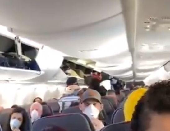 طائرة مكتظة بالركاب
