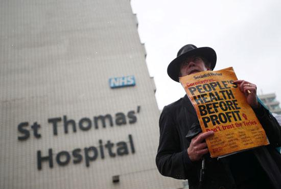 يحتج الناس على نقص معدات الحماية الشخصية خارج مستشفى سانت توماس  (2)