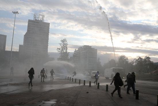 الشرطة تطلق خراطيم المياه لتفريق الاحتجاجات