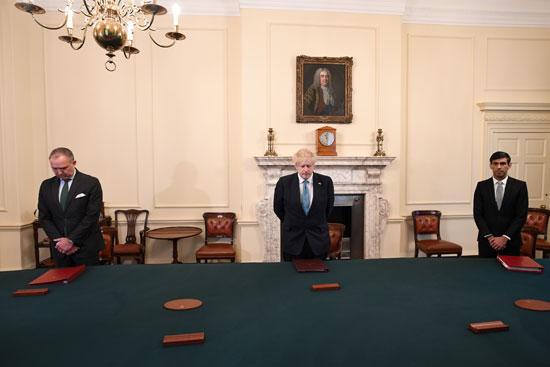 رئيس الوزراء جونسون ووزيرا الصحة والخزانة ولحظة صمت