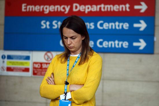 دقيقة صمت تكريما لضحايا كورونا في مستشفى سانت توماس