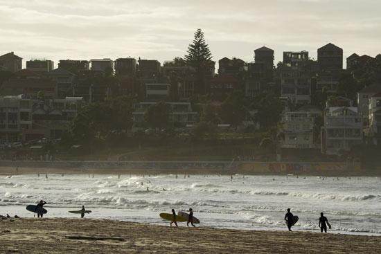 العشرات على شاطئ شاطئ بوندي فى سيدنى