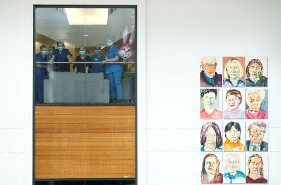 يلتزم موظفوا مستشفى سانت توماس بدقيقة صمت تكريما لعاملين ضحايا كورونا