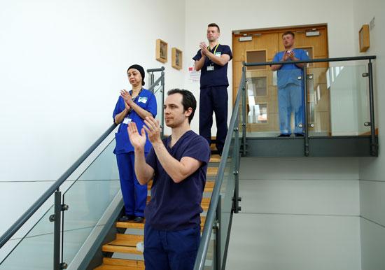 يلتزم موظفوا مستشفى سانت توماس بدقيقة صمت تكريما لعاملين فقدوا حياتهم بسبب كورونا