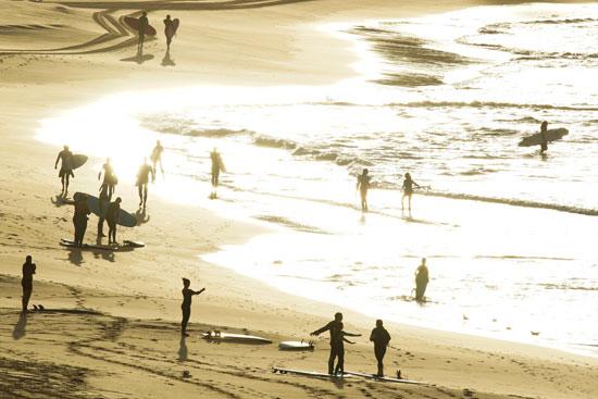 عشرات الاستراليين يذهبون إلى البحر