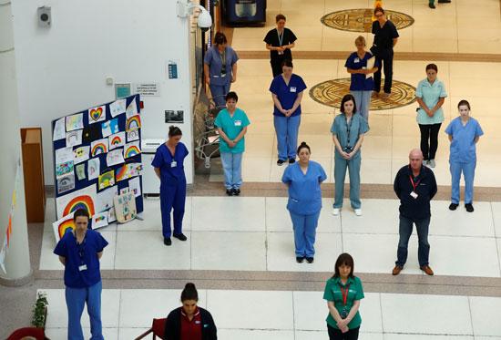 يلتزم موظفوا مستشفى سانت توماس بدقيقة صمت تكريما للعاملي الذين فقدوا حياتهم بسبب كورونا