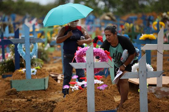 أقارب الضحايا يضعون الزهور على مقابرهم