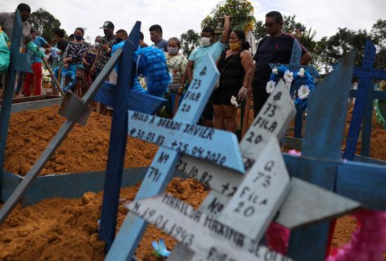 أهالى ضحايا كورونا يشاركون فى دفن أقاربهم
