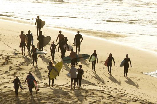 العشرات يهربون إلى البحر