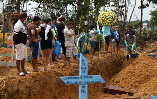 أسر الضحايا يتابعون دفن أقاربهم