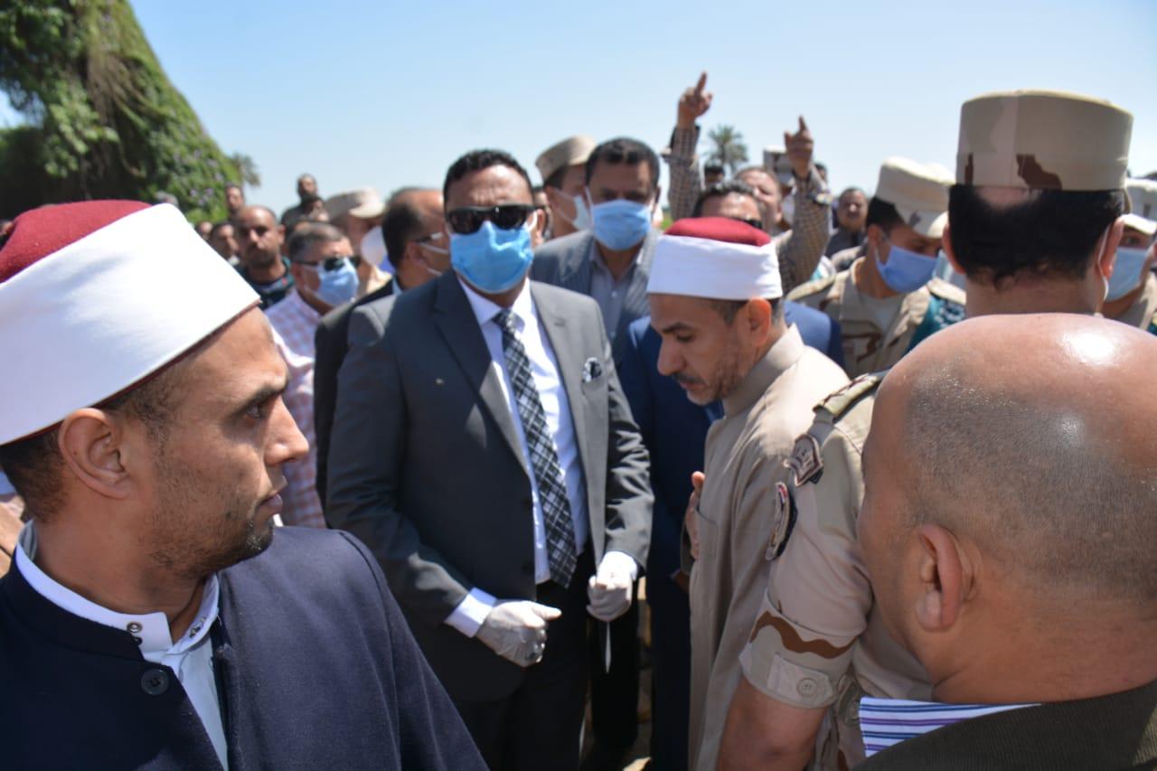 تشييع جثمان شهيد سيناء بالدقهلية والمحافظ يشارك ويقدم واجب العزاء  (3)