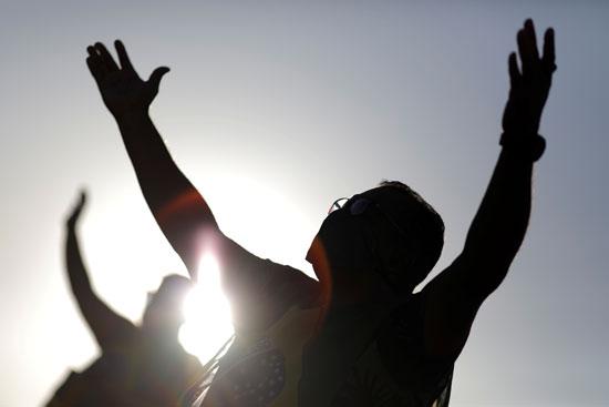 مؤيدو بولسونارو قرروا مواجهة كورونا بالصلاة