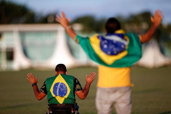 مؤيدو الرئيس البرازيلى يصلون أمام القصر الرئاسى