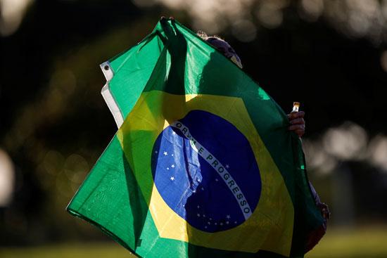 مؤيد للرئيس البرازيلى يحمل علم بلاده