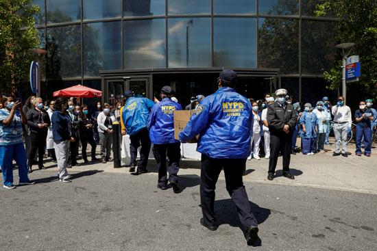 شرطة نيويورك تقدم وجبات غذائية للفريق الطبى
