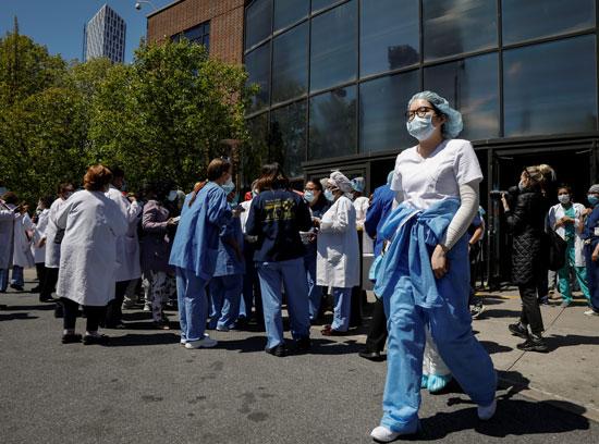الفريق الطبى ببروكلين يحتشدون خارج المستشفى