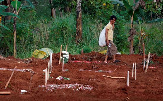 مقابر ضحايا كورونا بإندونيسيا
