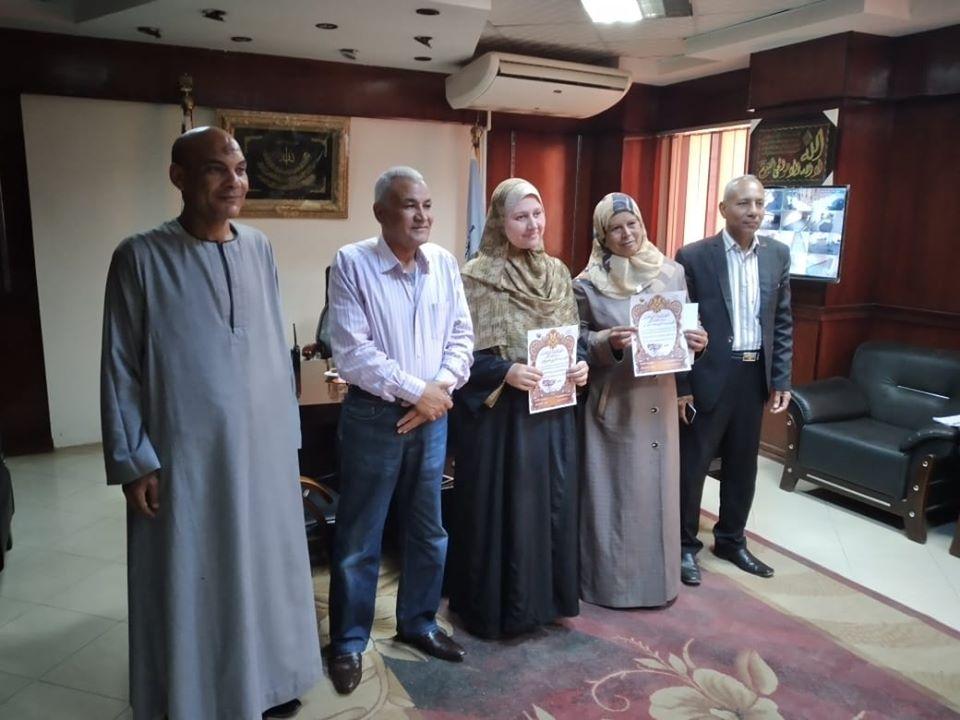 1 رئيس مدينة إسنا يكرم 2 من العاملات بالمجلس بإحتفالية عيد الأم