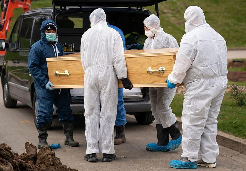جنازة صبى مسلم أصغر مصاب بكورونا ببدلات وقائية في بريطانيا (4)