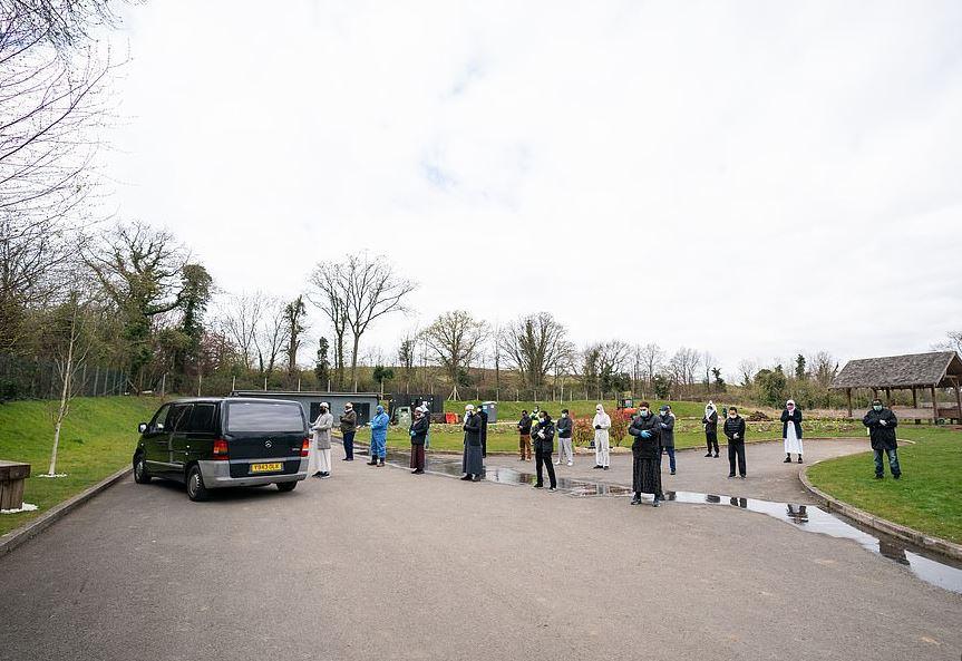 جنازة صبى مسلم أصغر مصاب بكورونا ببدلات وقائية في بريطانيا (5)