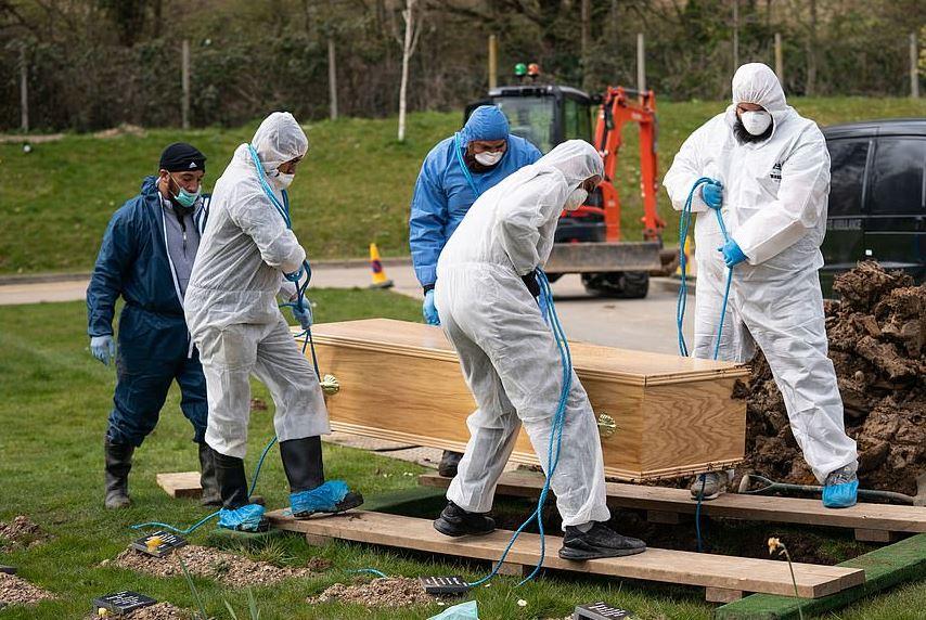 جنازة صبى مسلم أصغر مصاب بكورونا ببدلات وقائية في بريطانيا (1)
