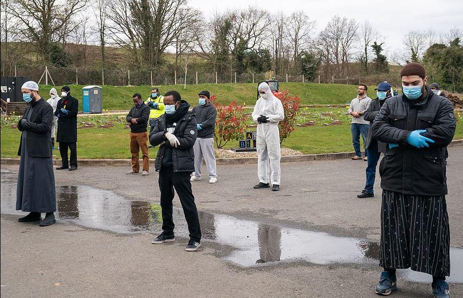 جنازة صبى مسلم أصغر مصاب بكورونا ببدلات وقائية في بريطانيا (2)