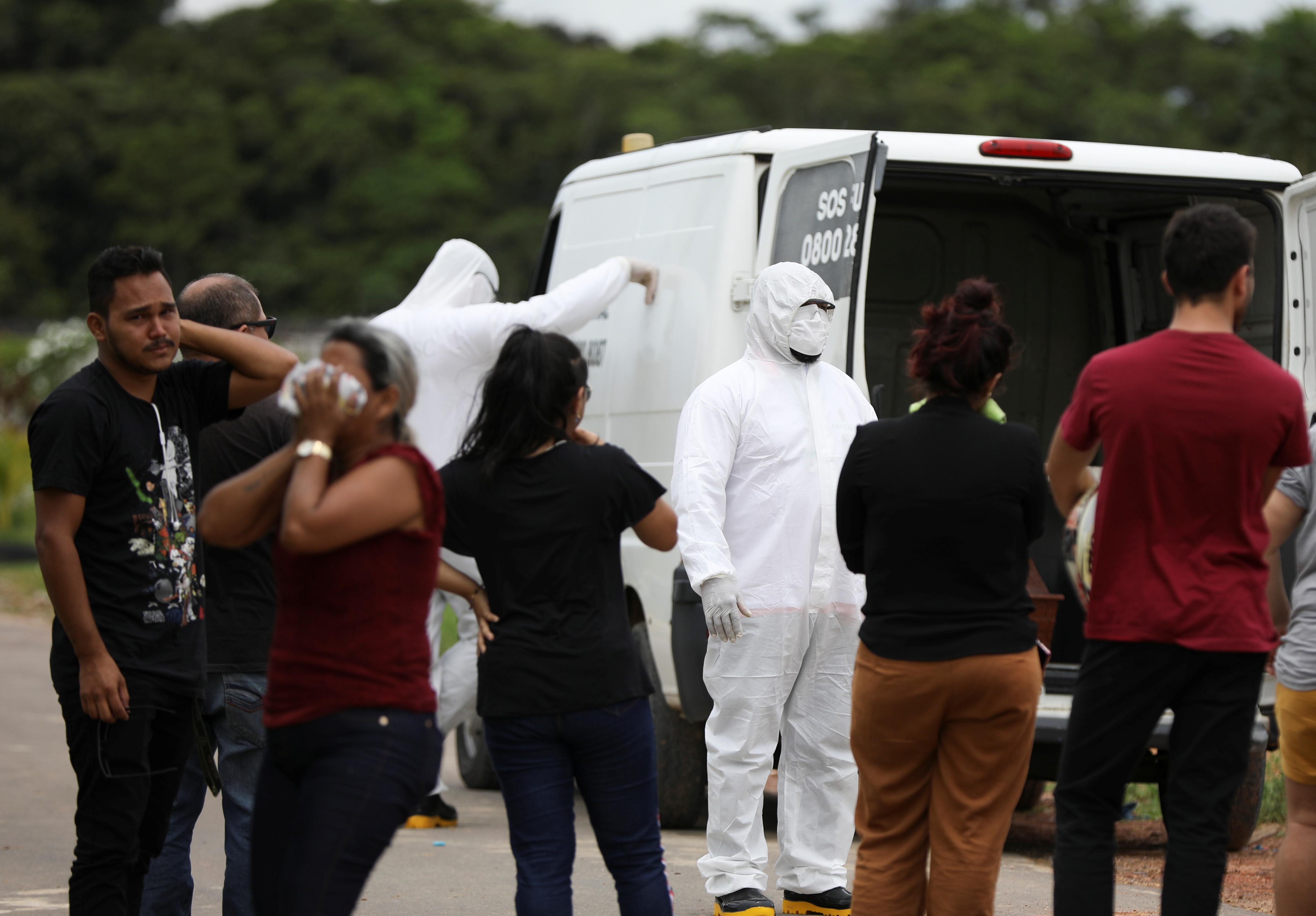 نقل جثمان فتاة توفت بسبب فيروس كورونا فى البرازيل