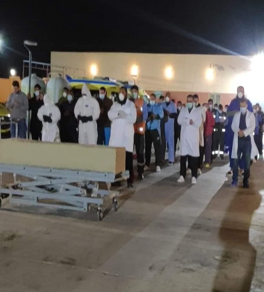 أطباء النجيلة يؤدون صلاة الجنازة على جثمان سيدة كانت مصابة بـكورونا (1)