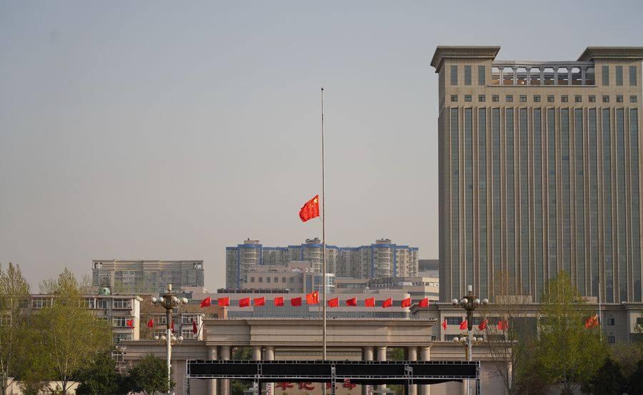تنكيس العلم الوطني في ميدان تيان آن من ببكين حدادا على أرواح ضحايا كورونا