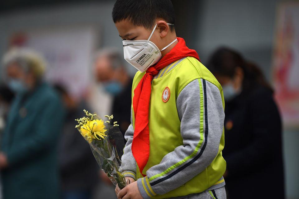 يحمل الورد تعبيرا عن الحزن العام على ضحايا كورونا