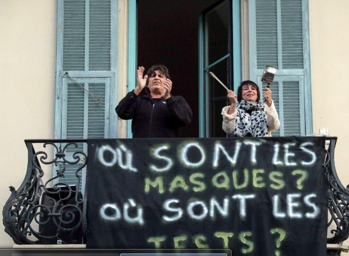 فرنسيون في مدينة نيس يدعمون العاملين بالقطاع الطبي