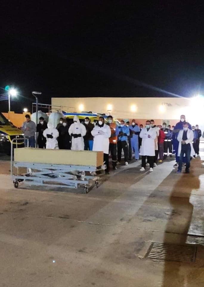 أطباء النجيلة يؤدون صلاة الجنازة على جثمان سيدة كانت مصابة بـكورونا (2)