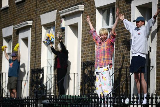 بريطانيون يؤدون التمارين الرياضية أمام منازلهم رغم الحظر بسبب كورونا