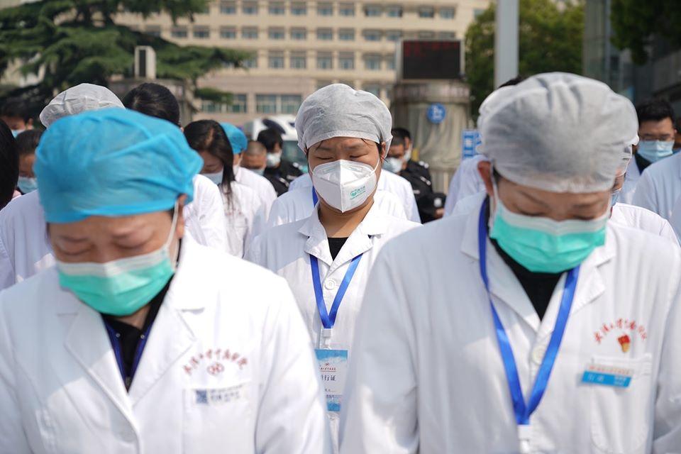 املون طبيون في مستشفى تشونغنان في مدينة ووهان يقفون في صمت