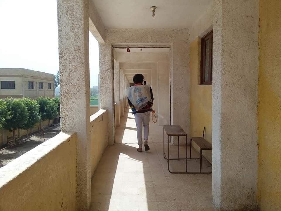 شباب الزهويين يطهرون مدرسة القرية