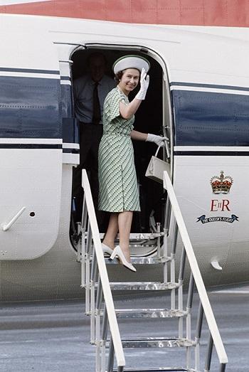 الملكة إليزابيث على طائرة ملكية