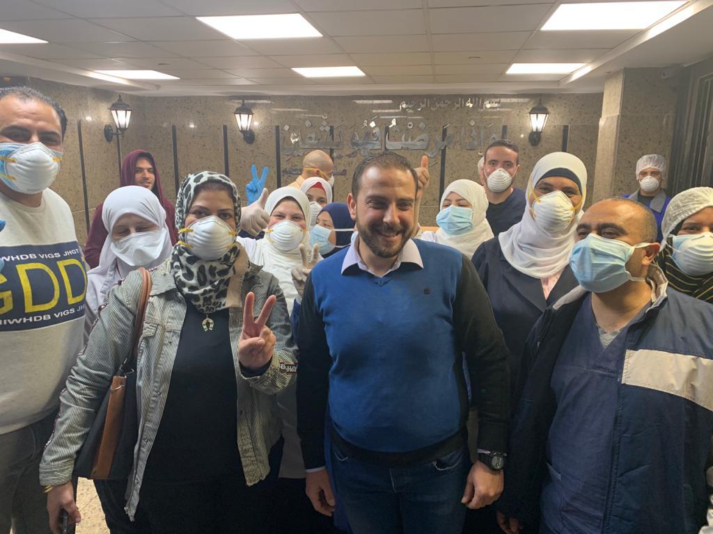 أطباء مستشفى العزل بقها يحتفلون بشفاء 3 حالات من فيروس كورونا (1)