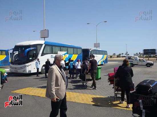 156992--الفوج-الثانى-من-المصريين-العالقين-فى-أمريكا-يصل-مطار-مرسى-علم-(4)