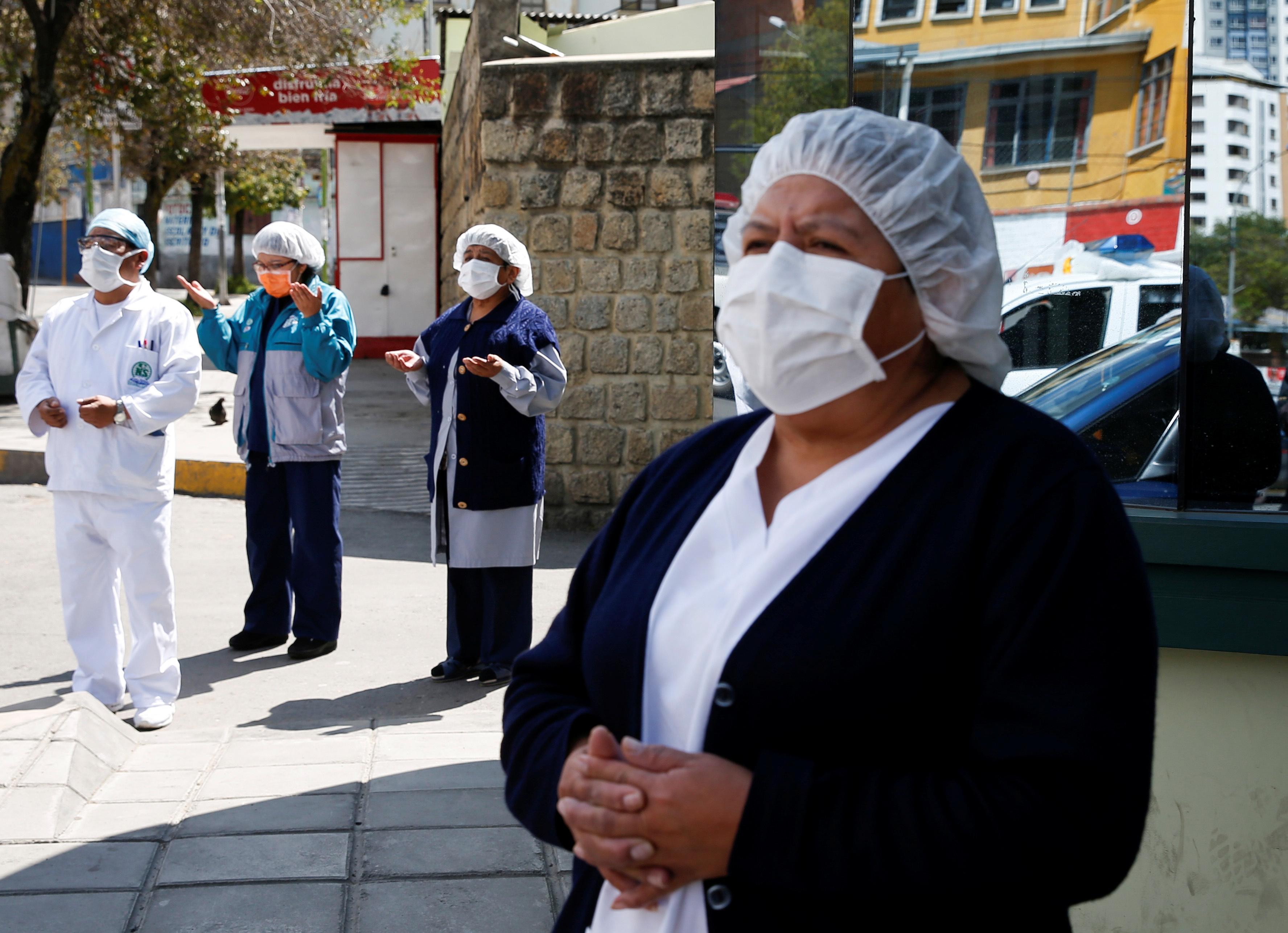 الممرضات البوليفيات يصلون أمام مستشفى في لاباز