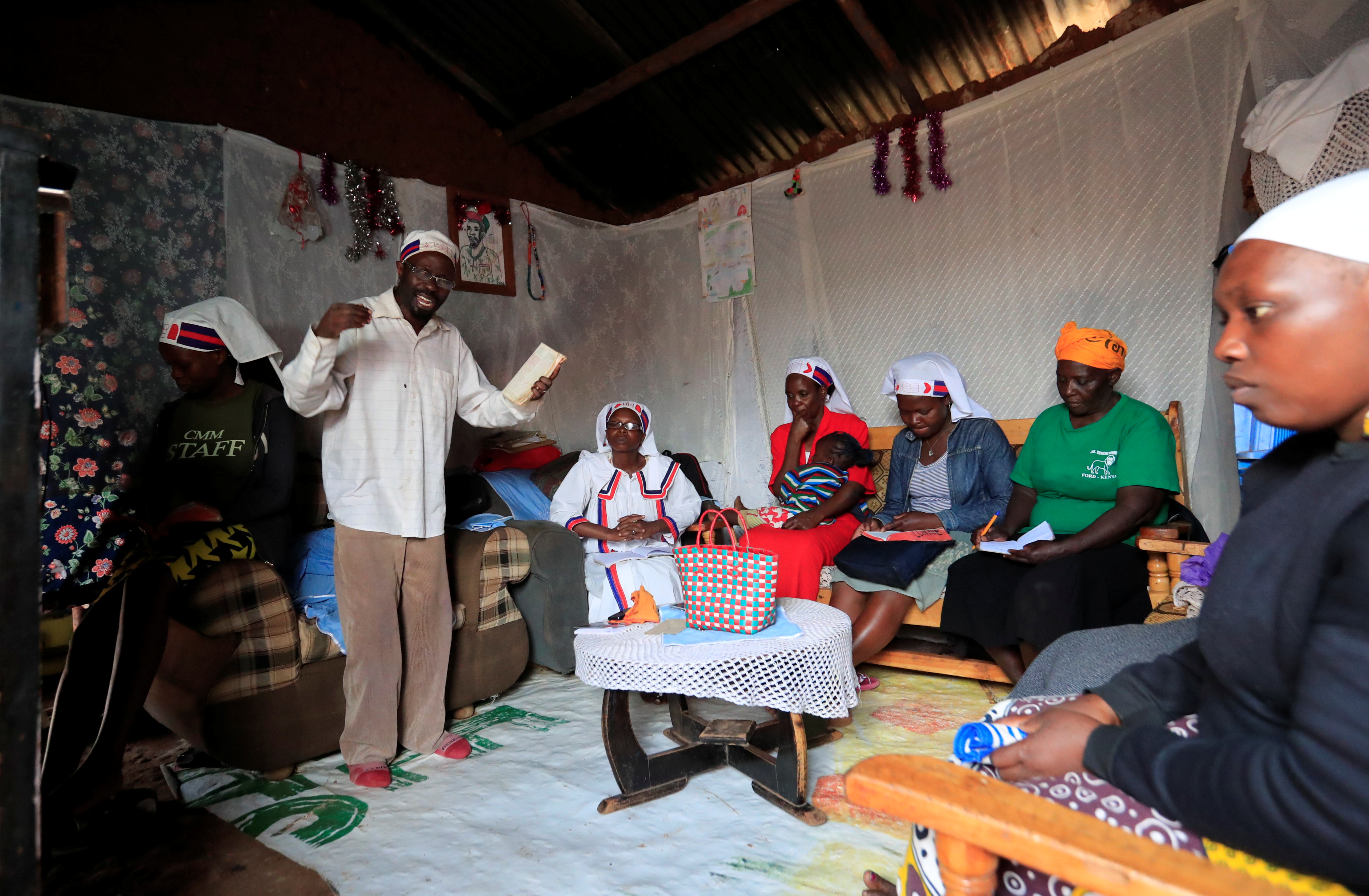 القس كاليب مالوبا مادوكا يقود قداس أحد الشعانين فى منزل بشرق إفريقيا