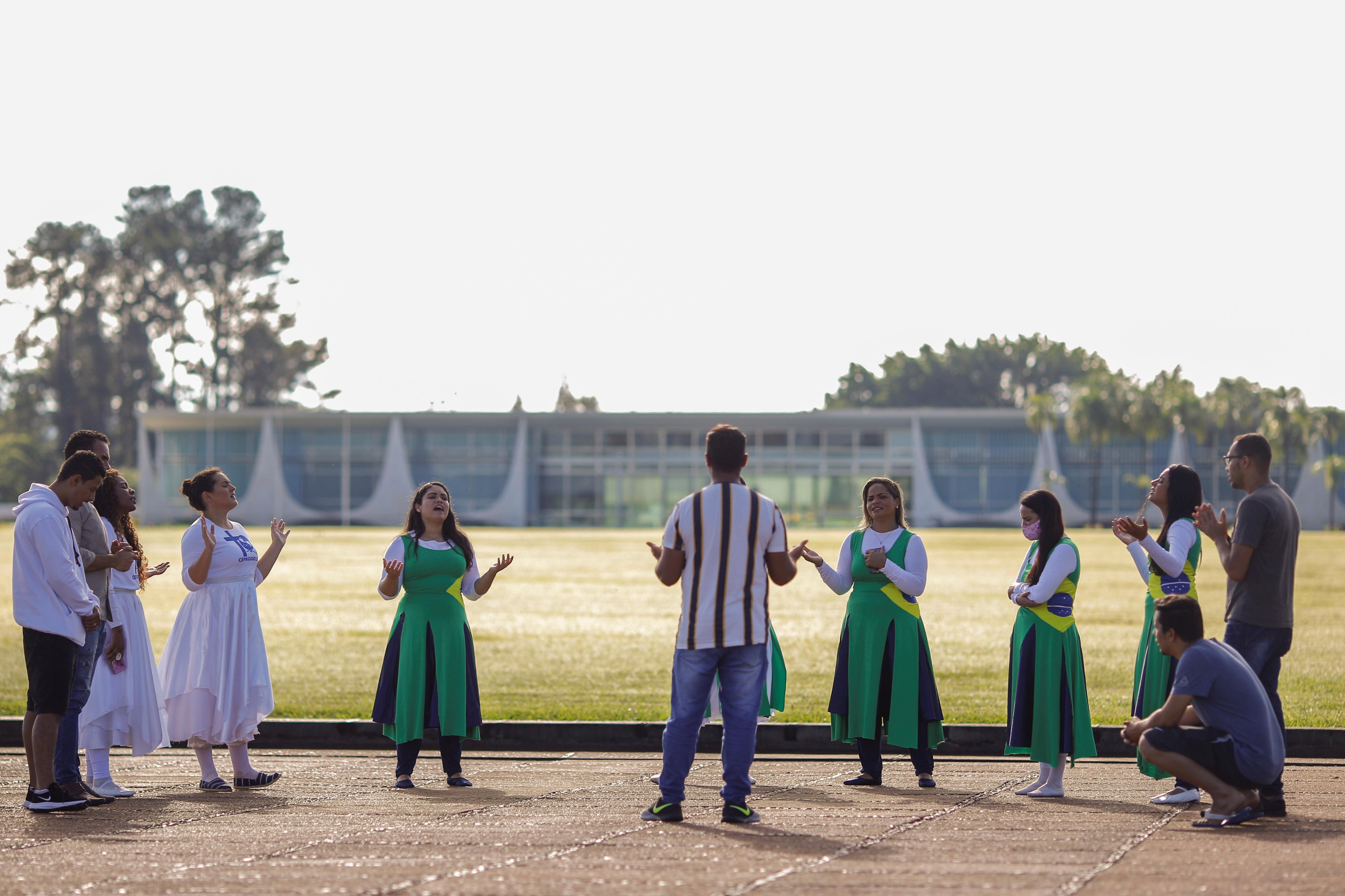 الإنجيليون يصلون أمام قصر الفورادا في برازيليا