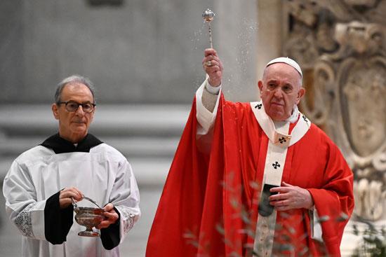 البابا فرنسيس يبارك الحضور أثناء قيادته قداس أحد الزعف