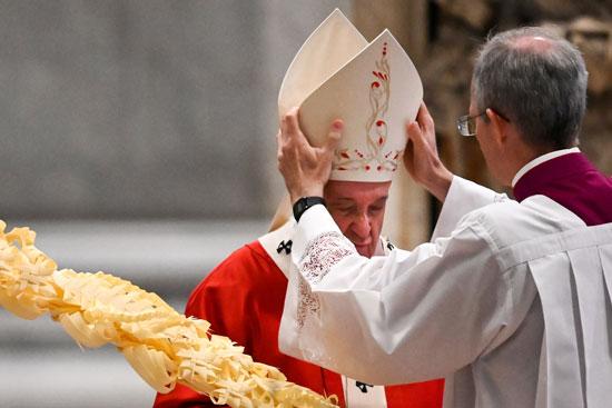 كاهن إيطالى يضع التاج على رأس البابا فرنسيس