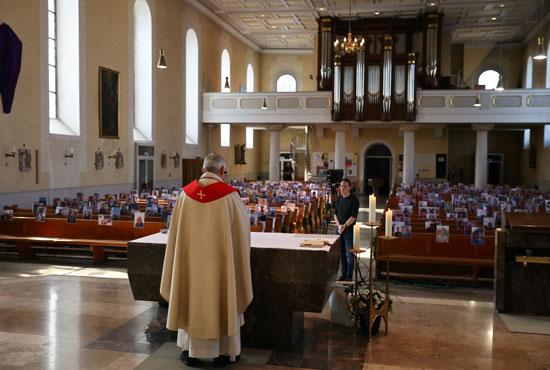 القداس داخل الكنيسة بألمانيا و صور الحضور