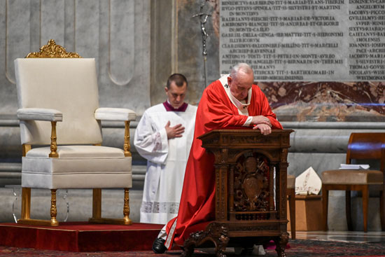 البابا فرنسيس يصلى أثناء قيادته قداس